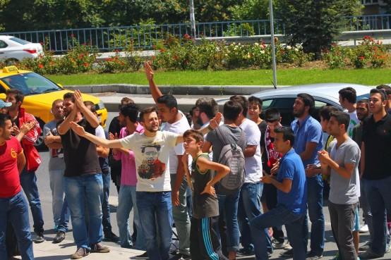 Halide Edip taraftarlarından Emir Sarıgül'e protes galerisi resim 1