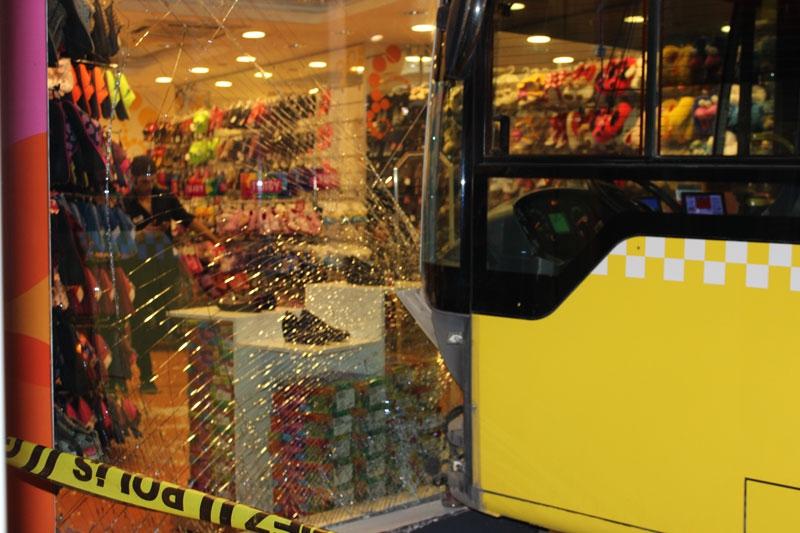 Halk Otobüsü İşyerine Girerek Durdu! galerisi resim 1
