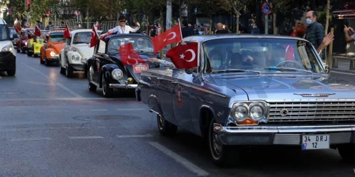 Şişli'de klasik otomobiller  Cumhuriyet Bayramı geçit töreni gerçekleştirdi