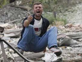 Rus uçakları Gori'yi bombalıyor