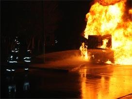12 otomobili cayır cayır yaktılar