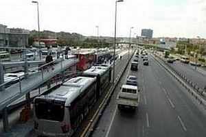 Metrobüs bariyerine çarpan araç yandı