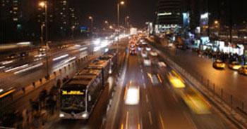 Metrobüs bariyerlerine çarptı