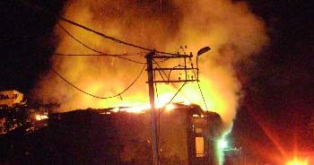 Beyoğlu'nda yarı ahşap bina alev alev yandı