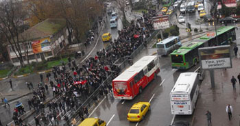 Kadıköy'de liseliler yolu kapattı