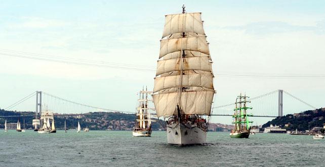 İstanbul Boğazı'nda görsel şölen!