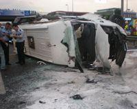 Türk Hava Yolları personelini taşıyan servis minibüsünün lastiği patlayınca faciaya neden oldu.
