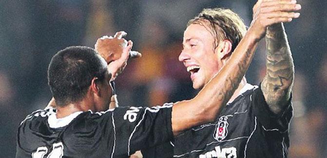 Guti'nin penaltısı ile öne geçen Beşiktaş, Galatasaray'ın belalısı Nobre'nin kafa gölüyle sonuca gidip, lige tutundu