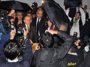 Burhan Kuzu katıldığı konferansta yumurta yağmuruna tutuldu...