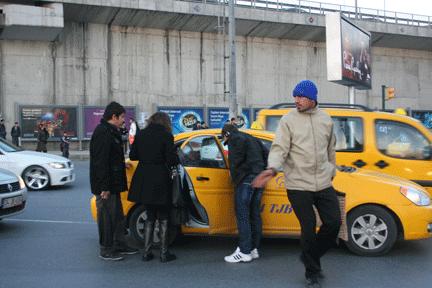 Mecidiyeköy'de genç kıza taksi çarptı