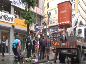 Şişli'de Elektrik Direği Bayraklara Dayanamadı