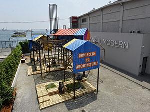 İstanbul Modern'in bahçesinde  ''Katı Olan Her Şey''