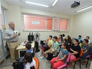 Başkan İnönü'den Öğrencilere İngilizce Dersi