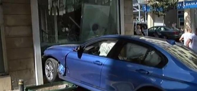 Şişli'de otomobil bankaya çarparak durabildi