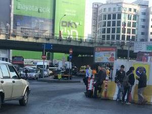 Mecidiyeköy'de Yayalar Caddede Otobüs Bekliyor