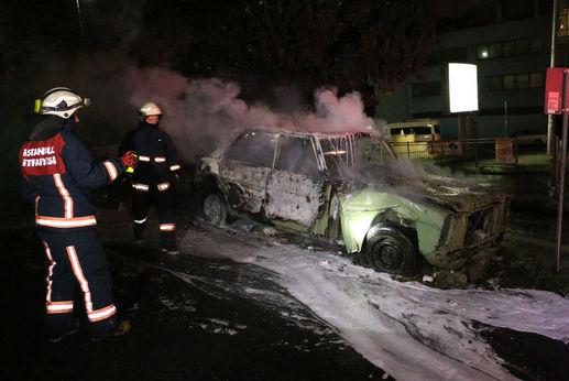 Şişli'de park halindeki araç bir anda alev aldı