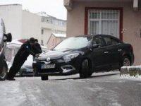 Şişli'deki ara sokaklarda buzlanma tehlike yarattı