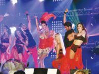Güzel şarkıcı Demet Akalın'nın 8 kiloluk sahne kıyafeti